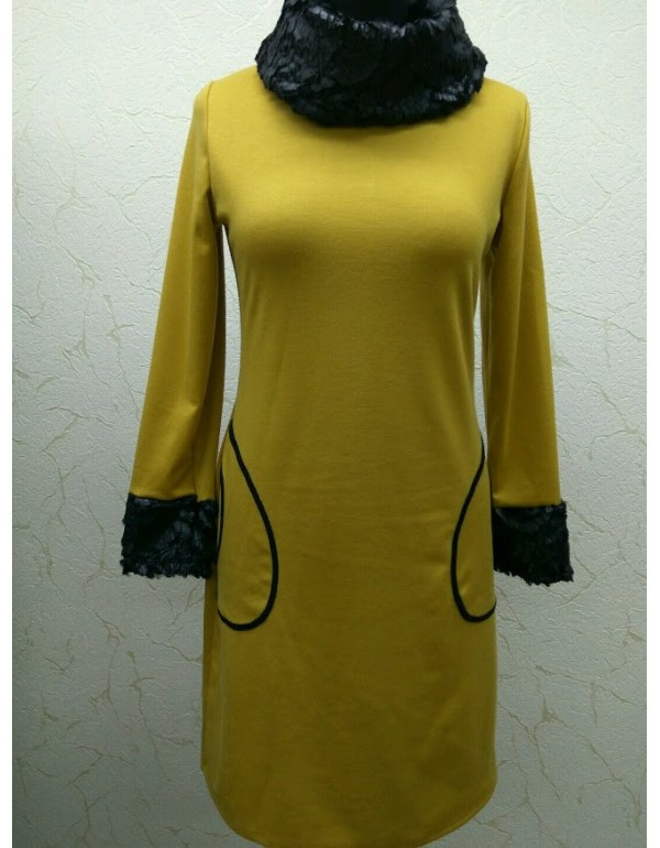 Платье с меховым воротником и манжетами
